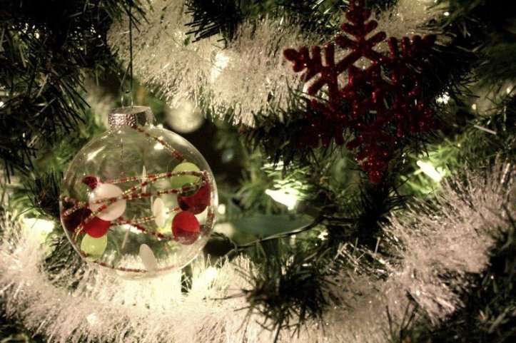 glass-baubles-on-christmas-tree